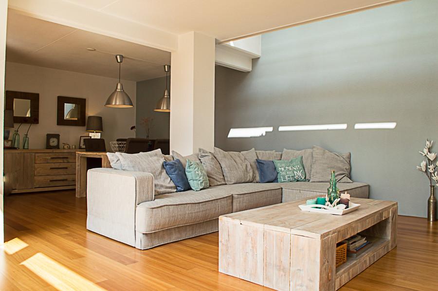 een interieurstyling van een woonkamer